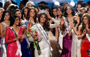 Miss Venezuela Gabriela Isler (C) reacts after winning the Miss Universe pageant at the Crocus City Hall in Moscow November 9, 2013. REUTERS/Maxim Shemetov