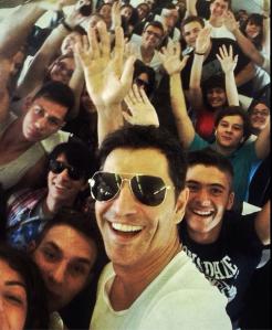 Sakis Rouvas Selfie Photobomd. Photo : Sakis Rouvas Instagram