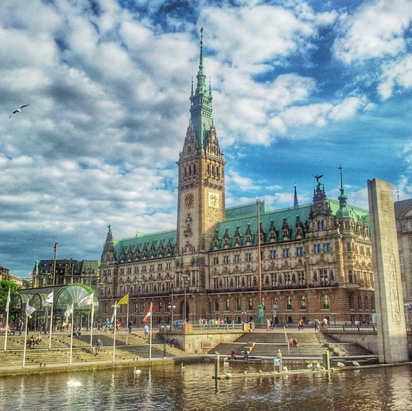 600px-Rathaus_from_the_Arkaden,_Hamburg.png